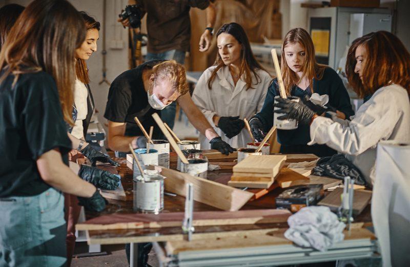 Natural Born Collective – piękne drewniane stoły efektem nowego upcyklingowego projektu z udziałem młodych adeptów projektowania mebli
